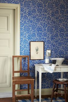 Scandinavian design wallpaper Bjärka Säby from collection Karlslund by Borastapeter and Eco Wallpaper Interior Wallpaper, Home Wallpaper, Sweden House, House Inside, Interior Decorating, Interior Design, Diy House Projects, Blue Rooms, Blue Wallpapers