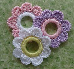 Ravelry pattern for crochet flowers on rings (free)