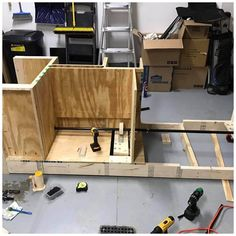 Reader Christopher Rings sent us photos and drawings of his incredible workbench. This DIY flip-top bench is perfect for organizing any shop or garage. Make A Bird Feeder, Squirrel Proof Bird Feeders, Best Bird Feeders, Workbench Plans Diy, Workbench Top, Mobile Workbench, Workbench Organization, Industrial Workbench