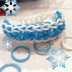 Rainbow Loom bracelet themed after Elsa from Frozen Rainbow Loom Party, Rainbow Bow, Rainbow Loom Charms, Crazy Loom Bracelets, Rainbow Loom Bracelets, Loom Love, Fun Loom, Rainbow Loom Patterns, Rainbow Loom Creations