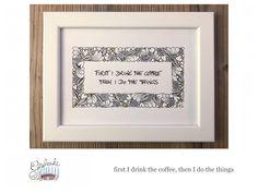 Tunella's Geschenkeallerlei präsentiert: Faser- und Gelstift auf Papier - Doodelei - first I drink the coffee, then I do the things #TunellasGeschenkeallerlei #Doodelei #Faserstift #Gelstift #handgemacht #Geschenk #Weisheit #Sprüche Doodle, Etsy Seller, Drinks, Unique Jewelry, Handmade Gifts, Frame, Vintage, Home Decor, Paper