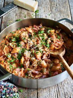 One pot pasta med kjøttsaus, er en mild smkafull pastarett som du kan diske opp med på 15 minutter. Hent oppskriften her på Mat på bordet. Pasta Recipes, Cooking Recipes, One Pot Pasta, Scampi, Calzone, Biryani, Gnocchi, Kung Pao Chicken, Paella