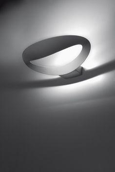 Mesmeri Halo Bianca. La Lampada da parete Mesmeri di Artemide è un'applique che può essere utilizzata in tutti gli ambienti. Le sue caratteristiche la rendono infatti adatta sia ad un uso abitativo che ad un uso lavorativo e la potenza della lampadina è in grado di illuminare anche stanze grandi.