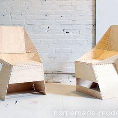 Cadeiras feitas de compensado e fita hellerman.