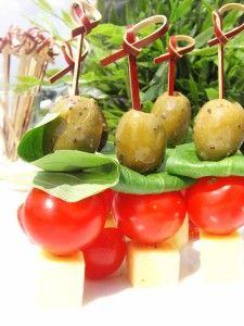 Tomaten kaas en olijf hapjes Brie, Tapas, Feta, Snacks Für Party, Great Appetizers, High Tea, Caramel Apples, Easy, Good Food