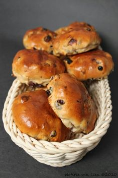 Dutch Raisin buns (Krentenbollen) Recipe on: http://notitievanlien.blogspot.com.es/2010_03_01_archive.html?m=1