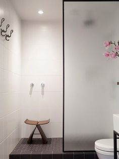 Douchewand in melkglas - cementtegels in de badkamer
