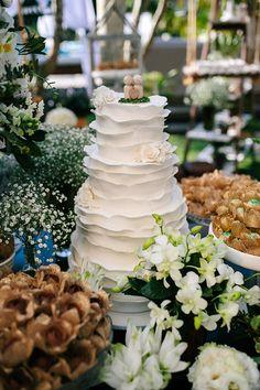 Bolo de casamento branco de babados ( Foto: 18 Elementos   Bolo: Danielle Andrade )