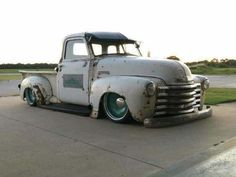 Early '50s truck, probably on a late suspension, DSW wheels and air ride...