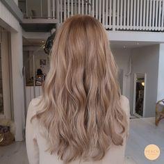 Hair Color Streaks, Hair Color Balayage, Hair Highlights, Beige Hair Color, Beige Blonde Balayage, Neutral Blonde, Honey Balayage, Honey Blonde Hair, Blonde Hair Looks