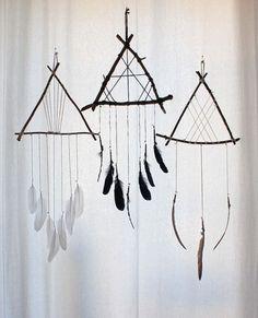 DIY Inspo - décoration murale triangle de bois & plumes from Boudoir Du Chaman https://www.etsy.com/ca-fr/shop/BoudoirDuChaman?ref=l2-shopheader-name