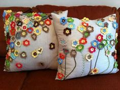 Crochet pillows with small flowers Applique Cushions, Cute Cushions, Sewing Pillows, Diy Pillows, Pillow Ideas, Crochet Cushion Pattern, Crochet Cushions, Crochet Pillow, Crochet Patterns
