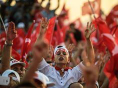 PHOTOS. Impressionnante marée rouge dans la rue pour le président turc Erdogan