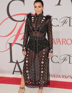 Qu'elle soit portée par Kate Moss, Kim Kardashian, Beyoncé ou Rihanna, la robe transparente a toujours fait parler d'elle. En dentelle ou à paillettes, longue ou courte, voici toutes les  robes de soirée « ultra nude » qui ont marqué l'histoire des tapis rouges. http://www.elle.fr/Mode/La-mode-des-stars/Tendances-people/30-robes-transparentes-qui-ont-marque-les-esprits