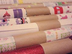 Damit das Geschenkpapier nicht aufrollt eine Papprolle aufschneiden. Und diese wie eine Manschette um die Geschenkpapier-Rolle legen und immer wieder verwenden.