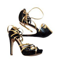 8c5f24da9 Descrição: Sandália Santa Lolla Original confeccionada em couro croco na  cor preta e tiras em