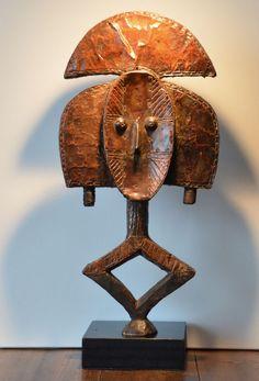 Een prachtig en groot-koper bekleed KOTA (janus-faced) reliekhouder sculptuur met een abstract gezicht aan de ene kant en een meer naturalistische afbeelding van een menselijk gezicht aan de andere kant. Het cijfer wordt stevig aan de sokkel met twee schroeven en staat veilig - de sokkel is inbegrepen in de verkoopprijs. de hoogte zonder (zwart gelakt) houten sokkel is ongeveer. 64,5 cm verzending binnen Europa voor de 9 euro