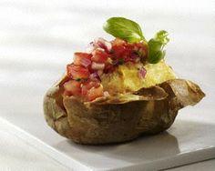 Ofenkartoffel mit Tomatensalsa, Zwiebel, Limette und Basilikum