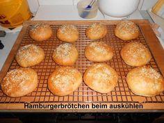 Das perfekte Hamburgerbrötchen-Rezept mit Bild und einfacher Schritt-für-Schritt-Anleitung: Frische Hefe im Wasser auflösen, Trockenhefe mit dem Mehl…