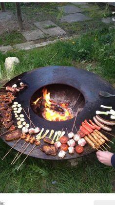 """Feuerschalen-Grill """"La Ronda"""" Grillen & Chillen: Rundes Grillerlebnis mit Lagerfeuer-Romantik mit unserem Feuerschalen-Grill als Eyecatcher! """"La Ronda"""" – hier heißt es nicht """"einer grillt für alle"""", sondern """"jeder grillt für sich"""" und dadurch grillen alle miteinander! """"La Ronda"""" ist gefertigt aus hochwertigem Stahl, der unbehandelt nach einiger Zeit Edelrost entwickelt, wogegen der Grillring als Schutz mit einfachem Speiseöl eingeölt wird. Der Feuerschalen-Grill besteht aus zwei Teilen."""