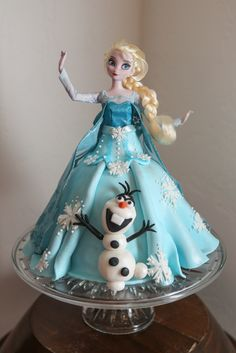 Elsa and Olaf Frozen Doll Cake Bolo Frozen, Torte Frozen, Frozen Doll Cake, Frozen Party Cake, Elsa Doll Cake, Disney Frozen Cake, Frozen Birthday Cake, Disney Cakes, Elsa Frozen
