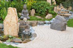 Sable et statue Buddha dans ce jardin zen