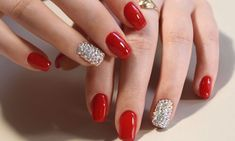 Nails for Christmas red gold and silver between winter trends Nails Gelish, Red Gel Nails, Red Acrylic Nails, Pink Manicure, Glitter Nails, Holiday Nails, Christmas Nails, Christmas 2017, Trendy Nails
