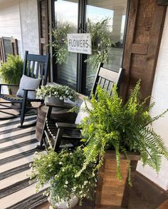 Front Door Porch, Front Porch Design, Front Door Decor, Farmhouse Front Porches, Porch Makeover, Outside Patio, Decks And Porches, Porch Decorating, Outdoor Living