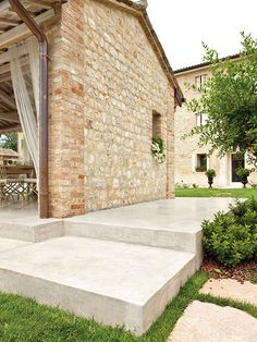 "Architop®: industrial concrete floors with a ""brutalist"" charm. Interior and exterior coloured cloud effect concrete floors - Ideal Work Country Chic Kitchen, Country Modern Home, House Extension Design, House Design, Outside Flooring, Outdoor Paving, Gable House, Garden Steps, Outdoor Living Areas"