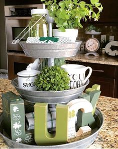 Saint Patrick's Day. : Saint Patrick's Day. Diy St Patricks Day Decor, Style At Home, Kitchen Tray, Kitchen Ideas, Kitchen Hacks, Galvanized Tray, St Patrick's Day Decorations, Tiered Stand, Tray Decor
