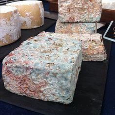 Rojo Cantagrullas, un quesazo de coagulación láctica de leche cruda de oveja afinado dos semanas con pimientón de La Vera en corteza