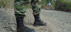 Soldados en la vía. Montenegro (Qui.), septiembre 19 de 2012.- Militares que se forman en el SENA como  técnicos en Operación de Maquinaria Pesada para Excavación, hicieron el mantenimiento  de una vía terciaria.