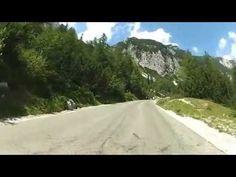 A szlovéniai Vršič hágón tavaly nyáron kígyóztunk át Bovecbe menet egy Suzukival. Az 1611 méter magas hágó az év jelentős részében le van zárva, de amikor használható, akkor lélegzetelállító kilátás nyílik róla - már ha a szám szerint 49 hajtűkanyar bevétele közben… Country Roads, Marvel, Mountains, Nature, Naturaleza, Nature Illustration, Off Grid, Bergen, Natural