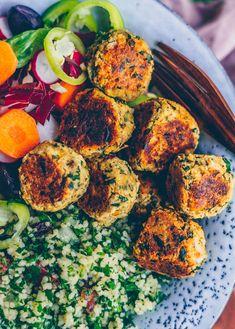 Crunchy chickpea falafel - Klara`s Life Falafel Beilage, Crunchy Chickpeas, Couscous, Cobb Salad, Finger Foods, Food Processor Recipes, Thermomix, Vegan Recipes, Clean Eating