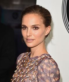 Natalie Portman knows exactly how to ease into fall makeup.