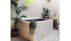Auto-construction piscine pas cher : voici un bassin qui coûte 1 500 € Mini Piscina, Stone Tub, Mini Pool, Desert Homes, Plunge Pool, Backyard Makeover, Garden Pool, Easy Projects, Future House
