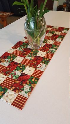 Take a look at this hip beautiful quilt - what a clever design and development Patchwork Table Runner, Table Runner Pattern, Quilted Table Runners, Xmas Table Runners, Table Runner And Placemats, Handmade Christmas, Christmas Ideas, Christmas Crafts, Christmas Placemats