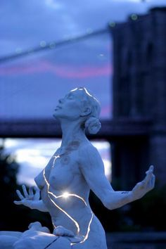 "Though Paige Bradley has a few ""trademark"" sculptures, the Internet came and fell in love with one particular one that's causing people from all over the world to see her art for the very first time. It's an incredibly beautiful sculpture of a naked woman with light bleeding out of her cracked body. How did …"