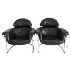 Prijs voor 2 fauteuils Design stoel, merk onbekend, maar wel gemerkt aan de onderzijde uit de jaren 80 H 90 x B 90 x D 80 x zit 40 cm Zitten super fijn door dat de zitting als het ware los hangt In prachtig soepel zwart leer met chromen onderstel