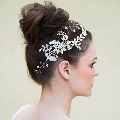 We featured it earlier and here she is in more detail. The stunning Guipure lace Klaire Van Elton 'Amelie' hairvine