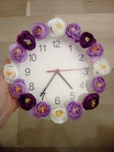 Orologio decorato con fiori.