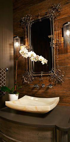 Vasque en pierre, joli miroir et mur en bois : l'élégance parfaite.