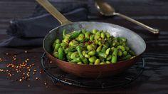 Edamamebønner, også kalt soyabønner, har en flott grønnfarge og deilig nøtteaktig smak og konsistens. Frosne edamamebønner er et flott utgangspunkt for flere gode retter. Her er en enkel rett der bønnene er ristet i stekepannen med olje og krydder. Deilig som snacks eller som et morsomt tilbehør til stekt eller grillet kjøtt.