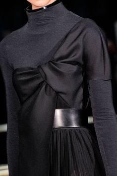 Apr 2020 - John Galliano at Paris Fashion Week Fall 2013 - Details Runway Photos Fashion Details, Look Fashion, Paris Fashion, High Fashion, Fashion Show, Womens Fashion, Fall Fashion, John Galliano, Fashion Designer