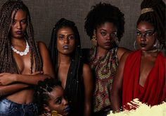 Ele não é só um acessório, ou estilo. É também política para a mulher negra que o assume em sua forma e exalta suas Raízes, nome da exposição que tem como objetivo ilustrar o orgulho afro e, claro, encher nosso olhos diante de tanta beleza e lacre dessas musas. Vem ver! Raízes é um projeto voltado para mostrar a construção da identid...