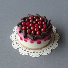 Chocolate cherry cake on etsy Polymer Clay Cake, Polymer Clay Miniatures, Polymer Clay Charms, Polymer Clay Creations, Dollhouse Miniatures, Miniature Crafts, Miniature Food, Miniature Dolls, Cupcakes