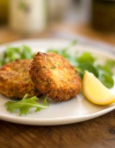 Italian Style Vegan Quinoa Cakes - This recipe is not only very healthy and delicious; it's also a great meal suitable for a liver cleansing diet and an alkaline diet. This fiber-rich dish is also a good way to detox naturally with whole foods. Quinoa is Whole Food Recipes, Dinner Recipes, Appetizer Recipes, Dinner Ideas, Appetizers, Cake Recipes, 200 Calories, Quinoa Cake, Vegetarian Recipes