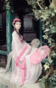 Geisha in pink. Hanfu, Cheongsam, Traditional Fashion, Traditional Dresses, Traditional Chinese, Classy Casual Outfits For Guys, Japanese Beauty, Asian Beauty, Asian Woman