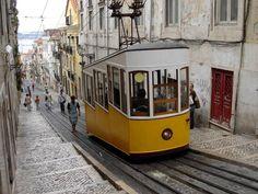 I flere af Lissabons stejle gader er der kun plads til sporvognen og gående. Den er konstrueret skævt, så man kan stå på plane flader indvendigt. Foto: Flickr/Noniq