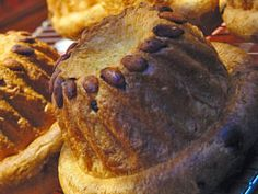 Ingrédients pour Kouglof Alsacien 50 g de levure du boulanger 50 cl de lait 1 kg de farine 200 g de raisins secs 4 oeufs 200 g de sucre semoule 100 g de beurre1 poignée d'amandesSel Préparation pour Kouglof Alsacien Mélanger la levure avec 25 cl de lait tiède et environ 150 g de farine, jusqu'à l'obtention d'une pâte molle (levain).